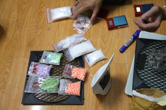 Bắt đối tượng ngụy trang ma túy trong loa thùng  ảnh 1