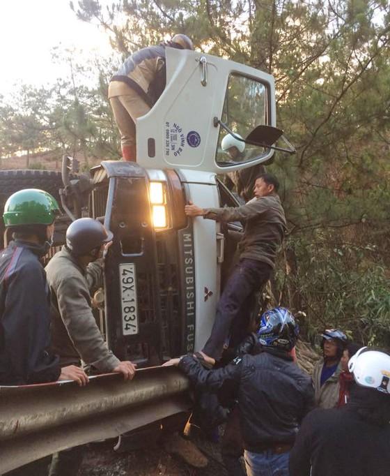 Xe tải lật ngang, tài xế mắc kẹt trong ca bin ảnh 1