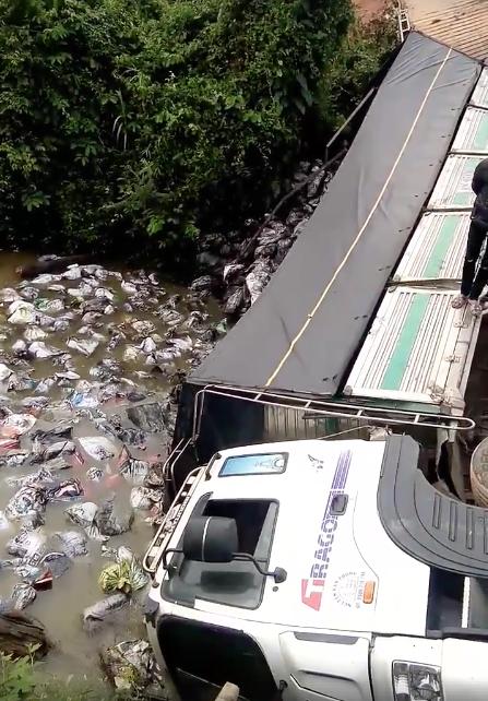 Sập cầu giới hạn 5 tấn do xe 18 tấn chất đầy hàng đi qua ảnh 1