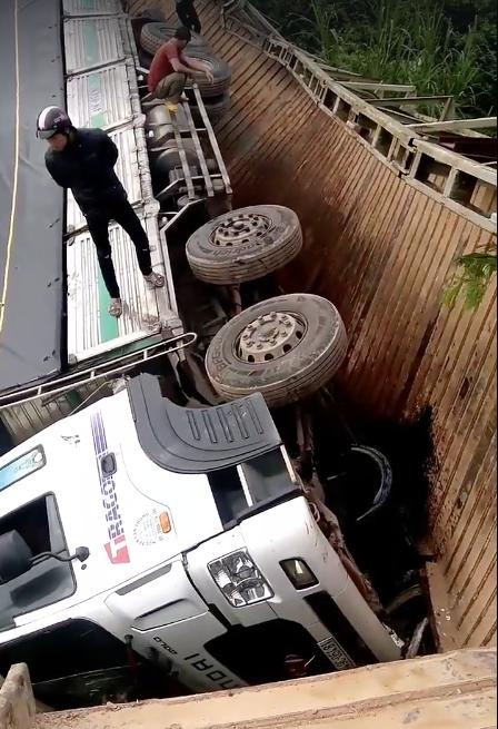 Sập cầu giới hạn 5 tấn do xe 18 tấn chất đầy hàng đi qua ảnh 2
