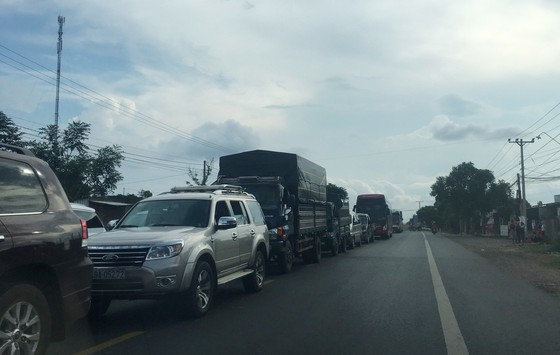 Xe khách đâm xe tải khiến quốc lộ 20 ách tắc nhiều giờ ảnh 2