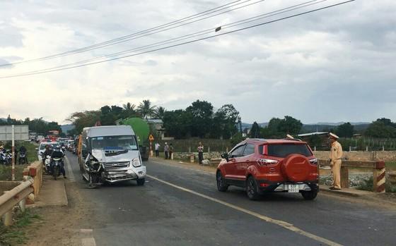 Xe khách đâm xe tải khiến quốc lộ 20 ách tắc nhiều giờ ảnh 1