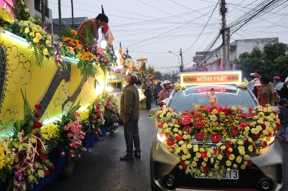 Chiêm ngưỡng đoàn xe hoa rực rỡ mừng Phật đản ở Đà Lạt ảnh 8