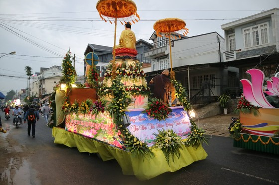 Chiêm ngưỡng đoàn xe hoa rực rỡ mừng Phật đản ở Đà Lạt ảnh 10