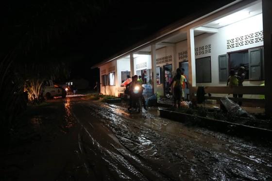 Cùng dân bản Hồ Coong, nơi bị ảnh hưởng nặng nề vì vỡ đập thủy điện Lào ảnh 6