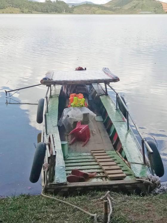 """Thuyền """"chui"""" vẫn mạo hiểm chở khách trên hồ Đan Kia - Suối Vàng ảnh 4"""