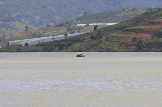 """Thuyền """"chui"""" vẫn mạo hiểm chở khách trên hồ Đan Kia - Suối Vàng ảnh 2"""