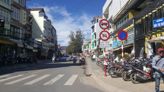 Chạy ô tô vào đường cấm, tài xế còn ủi công an giữa phố ảnh 3