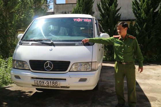 Chạy ô tô vào đường cấm, tài xế còn ủi công an giữa phố ảnh 1