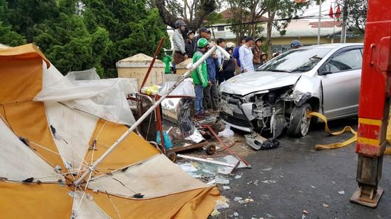 Xe ô tô mất lái ủi nhiều xe máy trên phố khiến 4 người bị thương ảnh 1