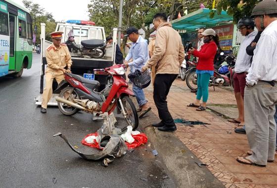 Xe ô tô mất lái ủi nhiều xe máy trên phố khiến 4 người bị thương ảnh 2
