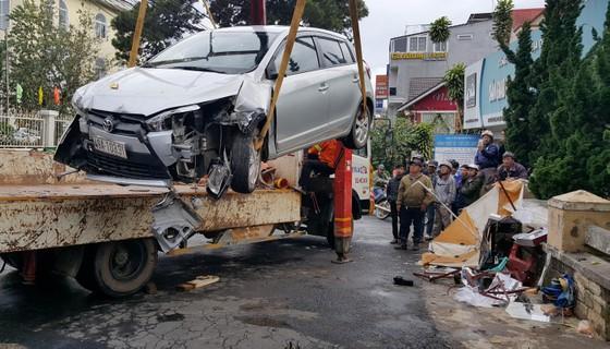 Xe ô tô mất lái ủi nhiều xe máy trên phố khiến 4 người bị thương ảnh 4