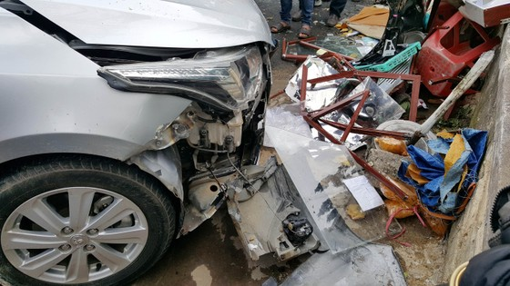 Xe ô tô mất lái ủi nhiều xe máy trên phố khiến 4 người bị thương ảnh 3
