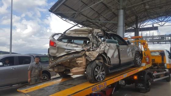 Dừng xe mua vé qua trạm BOT, xe ô tô con bị xe khách ủi bay từ phía sau ảnh 3