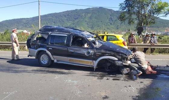 Xe ô tô lộn nhiều vòng trên cao tốc, 1 người chết, 1 người bị thương ảnh 1