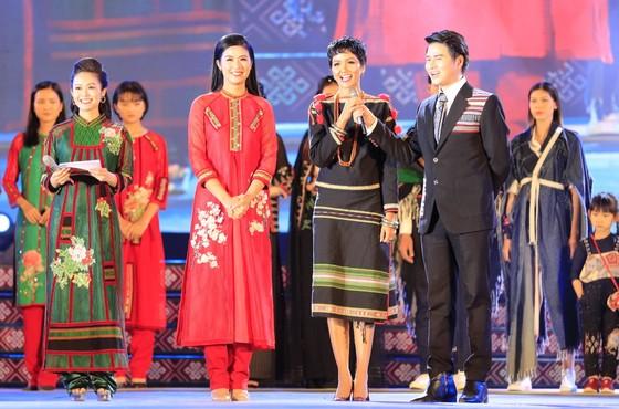 Tôn vinh thổ cẩm trong đêm khai mạc Lễ hội Văn hoá thổ cẩm Việt Nam lần thứ I ảnh 12