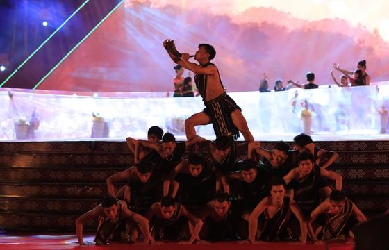 Tôn vinh thổ cẩm trong đêm khai mạc Lễ hội Văn hoá thổ cẩm Việt Nam lần thứ I ảnh 2