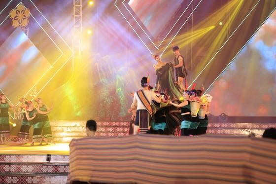 Tôn vinh thổ cẩm trong đêm khai mạc Lễ hội Văn hoá thổ cẩm Việt Nam lần thứ I ảnh 1