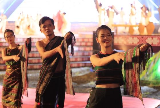 Tôn vinh thổ cẩm trong đêm khai mạc Lễ hội Văn hoá thổ cẩm Việt Nam lần thứ I ảnh 3