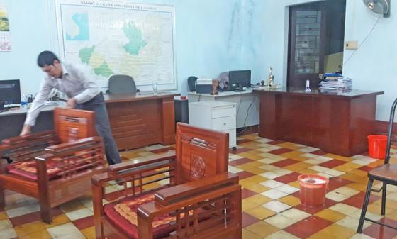 Lốc xoáy tốc mái cơ quan, hàng chục cán bộ khối văn phòng tháo chạy  ảnh 1