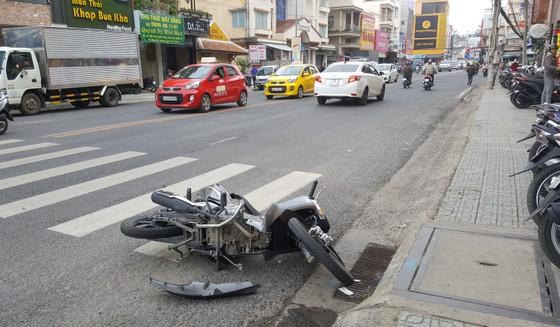 """""""Ngáo đá"""" tông hàng loạt ô tô, xe máy trên nhiều tuyến phố ảnh 3"""