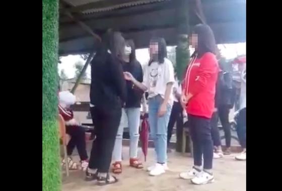 Nhóm học sinh tát liên tục vào mặt nữ sinh trước đám đông rồi quay video ảnh 1