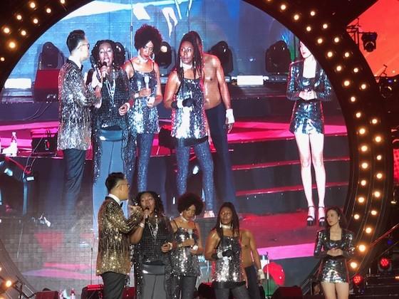 """10.000 khán giả """"cháy"""" hết mình khi Boney M biểu diễn tại Việt Nam ảnh 2"""