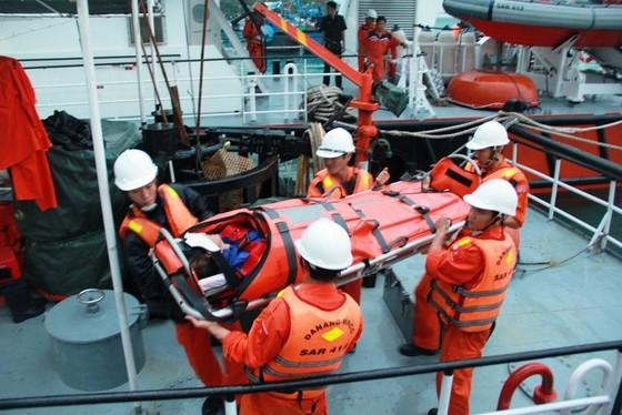 Cứu một thuyền viên Trung Quốc gặp nạn trên biển ảnh 1