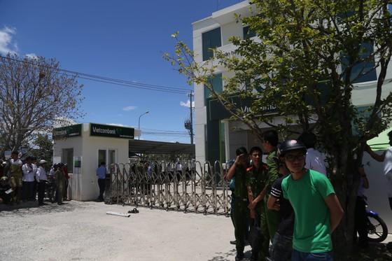 2 đối tượng dùng súng cướp ngân hàng Vietcombank tại Khánh Hòa ảnh 1