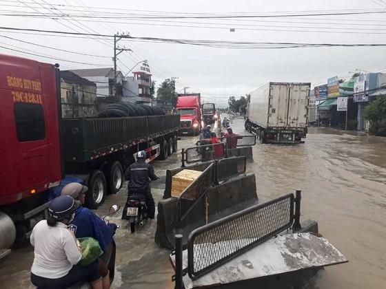 Nhiều nơi ở Khánh Hòa bị ngập sâu, đường huyết mạch tê liệt ảnh 2