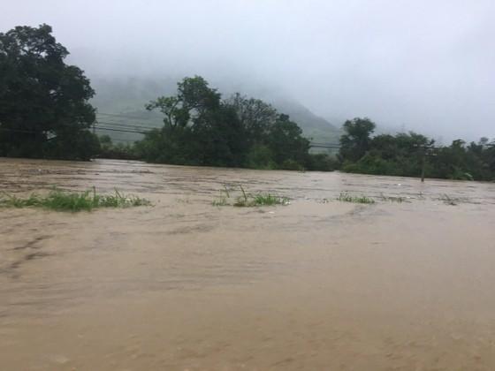 Nhiều nơi ở Khánh Hòa bị ngập sâu, đường huyết mạch tê liệt ảnh 5
