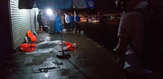 Lật tàu du lịch trên vịnh Nha Trang, ít nhất 2 người tử vong ảnh 1