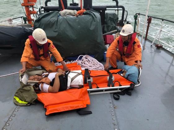 Cứu 4 thuyền viên Philippines bị tai nạn trên biển ảnh 1