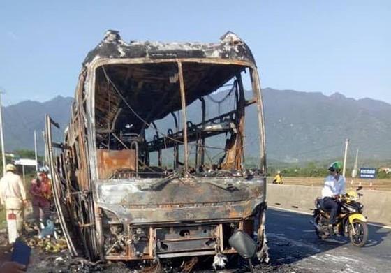 Xe giường nằm bốc cháy dữ dội, 40 hành khách thoát chết trong gang tấc  ảnh 2