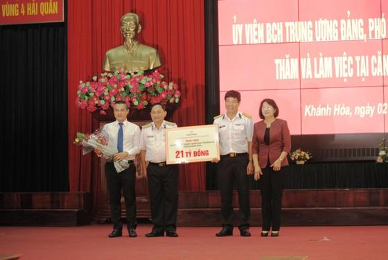 Phó Chủ tịch nước Đặng Thị Ngọc Thịnh thăm và làm việc tại Vùng 4 Hải quân ảnh 2