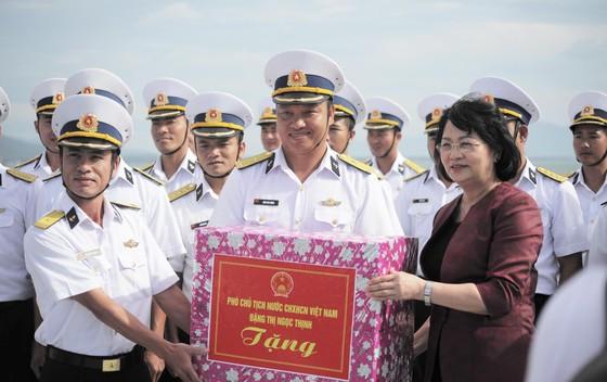 Phó Chủ tịch nước Đặng Thị Ngọc Thịnh thăm và làm việc tại Vùng 4 Hải quân ảnh 1