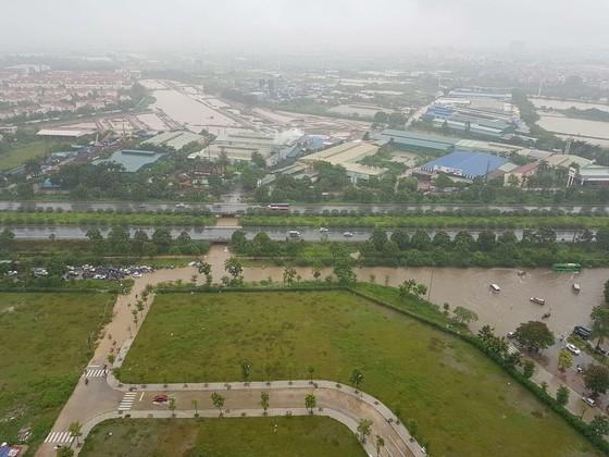 Hà Nội ngập lụt vì mưa, thủy điện Hòa Bình mở liên tiếp thêm 2 cửa xả ảnh 4