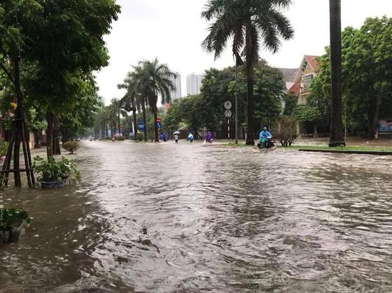 Hà Nội ngập lụt vì mưa, thủy điện Hòa Bình mở liên tiếp thêm 2 cửa xả ảnh 2