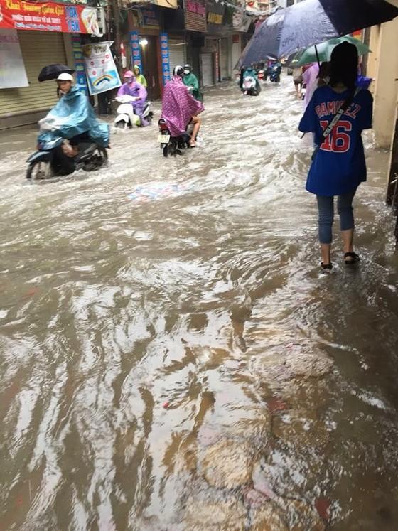 Hà Nội ngập lụt vì mưa, thủy điện Hòa Bình mở liên tiếp thêm 2 cửa xả ảnh 1