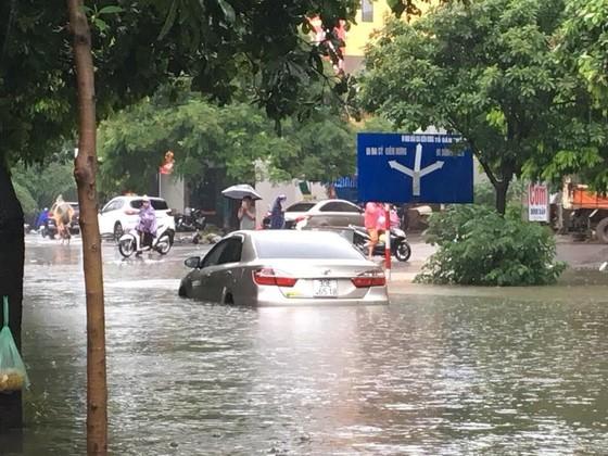 Hà Nội ngập lụt vì mưa, thủy điện Hòa Bình mở liên tiếp thêm 2 cửa xả ảnh 3