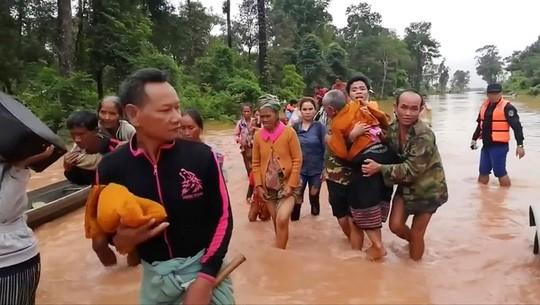 Quân đội Việt Nam đưa hàng trăm chiến sĩ sang hỗ trợ Lào để cứu hộ cứu nạn ảnh 4