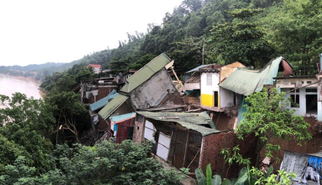 Hàng loạt ngôi nhà đổ ụp xuống sông Đà do thủy điện? ảnh 1