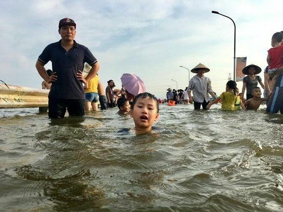 """Hà Nội xuất hiện """"con đường trên biển nước"""" ảnh 4"""