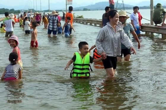 """Hà Nội xuất hiện """"con đường trên biển nước"""" ảnh 5"""