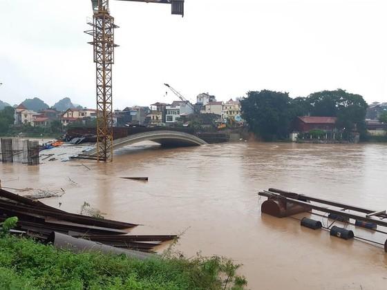 Cầu Kỳ Lừa chìm trong nước lũ sông Kỳ Cùng ảnh 3