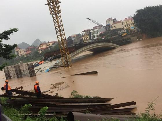 Cầu Kỳ Lừa chìm trong nước lũ sông Kỳ Cùng ảnh 2