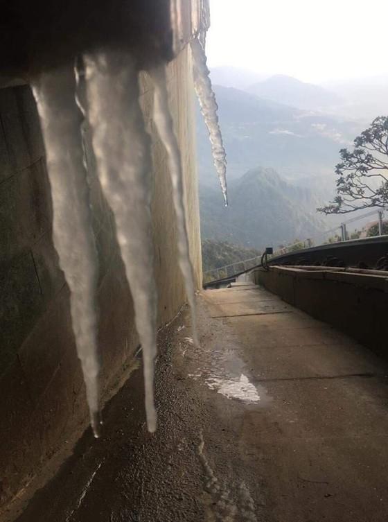 Mới chớm tháng 11, đỉnh Fansipan đã có băng giá ảnh 3