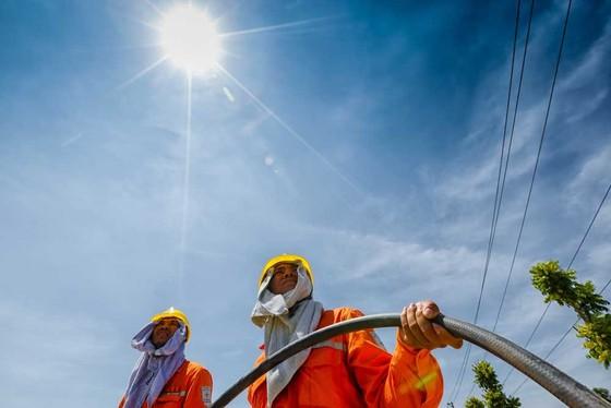 Công nhân điện lực phải làm việc dưới trời nắng như thiêu đốt. Ảnh: EVN