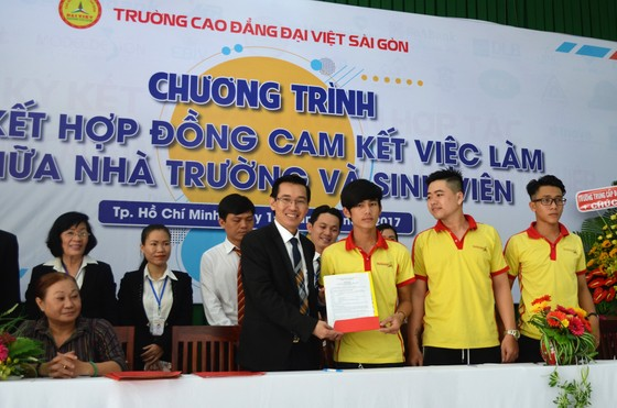 Nhà trường và gần 500 sinh viên cùng ký hợp đồng cam kết lo việc làm cho sinh viên ảnh 1