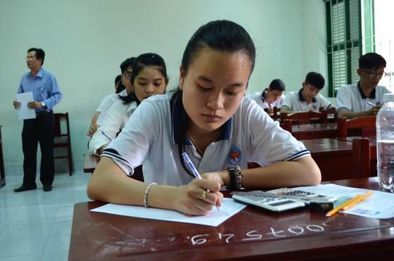 Thứ trưởng Bộ GD- ĐT Nguyễn Văn Phúc thị sát nhiều điểm thi tại TPHCM, Long An, Tiền Giang ảnh 2